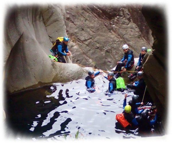 Vasque suspendue dans le canyon de Fleurs Jaunes