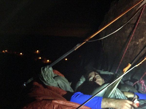 Jonathan est prêt à s'endormir sur portaledge à freyr !