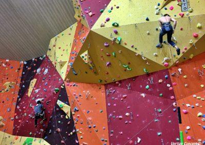 Grimper sur mur avec un moniteur pour progresser en escalade