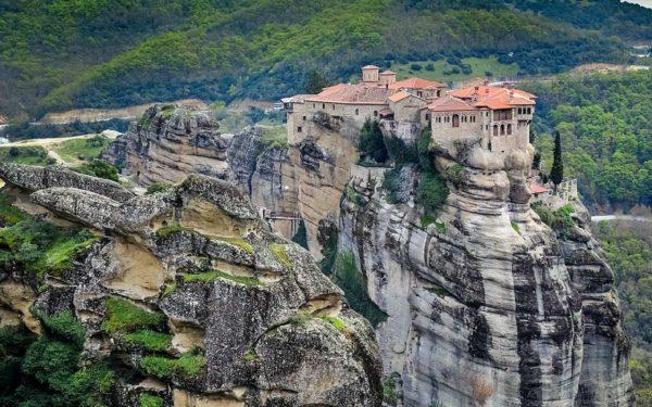 L'escalade est interdite sur les piliers où se trouvent les monastères.