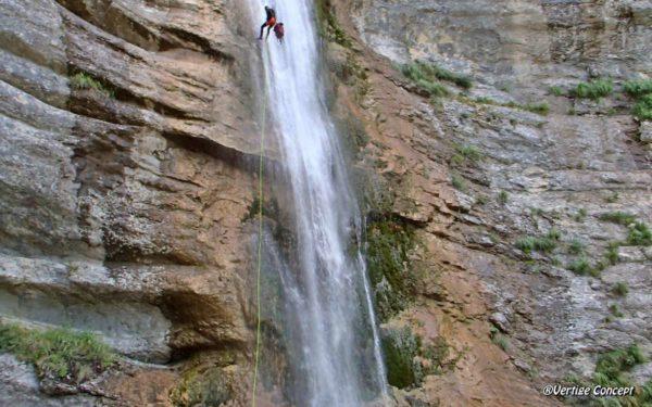 La descente en rappel de 60 mètres dans le canyon des Ecouges