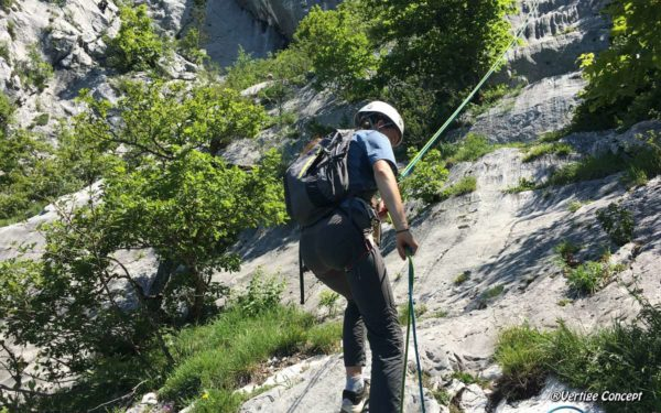 Initiation à la grande-voie d'escalade à Annecy avec une guide